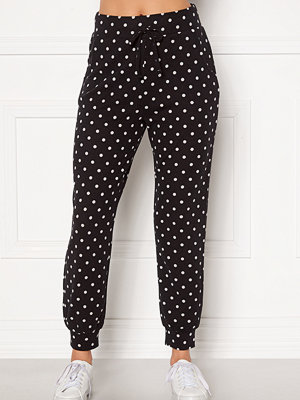 Happy Holly svarta prickiga byxor Nora cosy pants