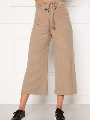 Bubbleroom beige byxor Indira rib trousers Light nougat