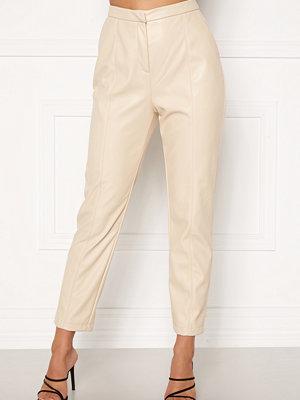Bubbleroom omönstrade byxor Mina PU trousers Beige