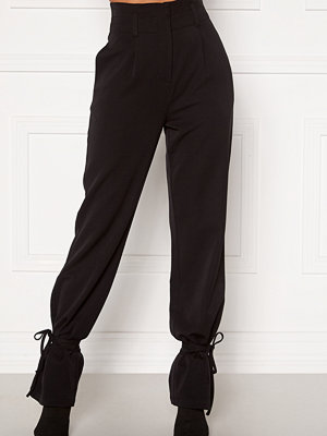 Martine Lunde X Bubbleroom svarta byxor Tied suit trousers