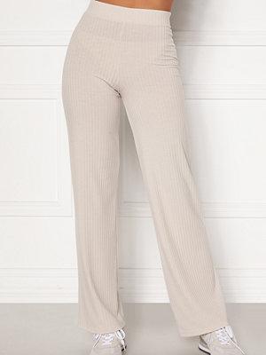 Bubbleroom omönstrade byxor Alanya rib trousers Light beige