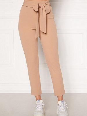 Bubbleroom beige byxor Dilara straight leg trousers
