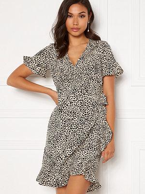 Vero Moda Henna 2/4 Wrap Frill Dress Oatmeal/ AOP: Lizzy