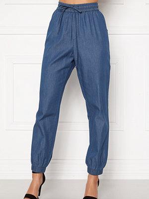 Happy Holly omönstrade byxor Mea jogger jeans Medium denim