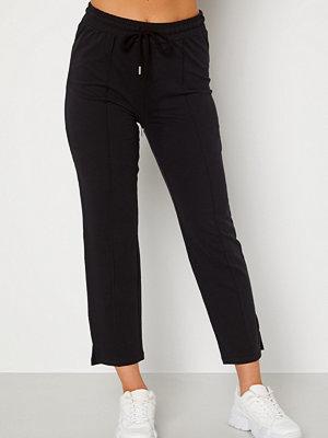 Bubbleroom svarta byxor Kehlani soft suit trousers  Black