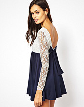 Klänningar - Club L Long Sleeve Lace Dress with Bow Back