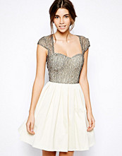 Klänningar - Chi Chi London Lace Prom Dress with Sweetheart Neck