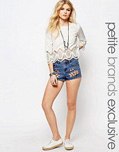 Shorts & kortbyxor - Glamorous Petite Denim Shorts With Butterfly And Floral Embroidery