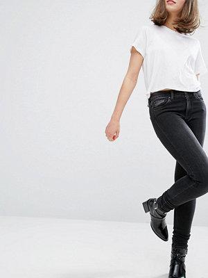 Monki Mocki Smala jeans med mellanhög midja Tvättad svart