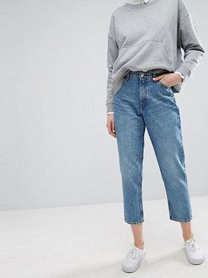 """Monki Taiki Ljusblå jeans i """"mom jeans""""-modell med hög midja i ekologisk bomull"""