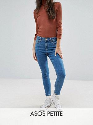 ASOS Petite Ridley ankle grazer-jeans i lily-tvätt