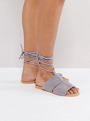Sandaler & sandaletter - ASOS FUTURE Suede Tie Leg Flat Sandals