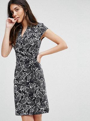 Liquorish Monochrome Leaf Print D Ring Dress