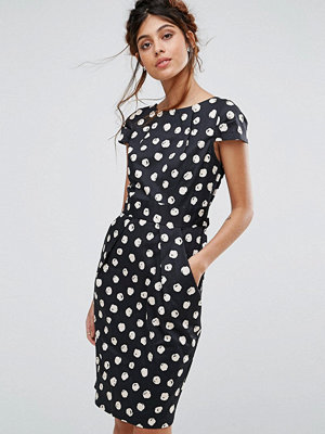 Closet London Cap Sleeve Midi Dress with Pocket Detail in Spot