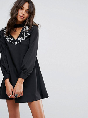 Glamorous A Line Dress With Embroidered Choker Neck