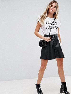 ASOS DESIGN Minikjol i skatermodell med skärp och skinn-look