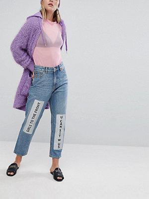 """Monki Jeans i """"mom jeans""""-modell med metallicfärgad slogan"""