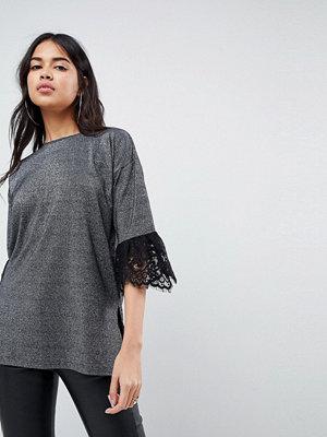 ASOS DESIGN T-shirt med spetskant och metallicfärg