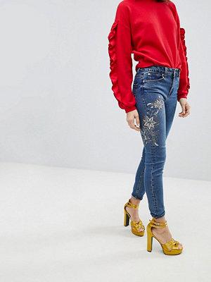 New Look Sasha Jeans i skinny fit med blomutsmyckning Mellanblå