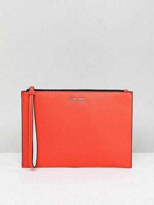 Calvin Klein kuvertväska Leather Look Pouch