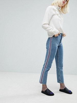 """Monki Jeans i """"mom jeans""""-modell med ränder i sidorna"""