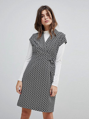 Liquorish Cap Sleeve Geo Print Textured Dress With D-Ring And Attached Belt - Black&white