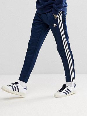 Byxor - Adidas Originals adicolor Popper Joggers In Navy CW1285