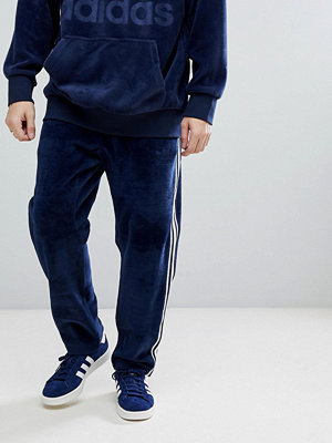 Byxor - Adidas Originals adicolor Velour Joggers In Tapered Fit In Navy CW4916