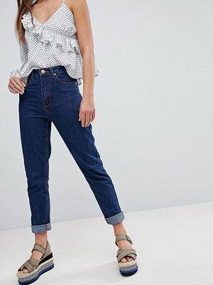 Boohoo Mom-jeans med uppvikt fåll