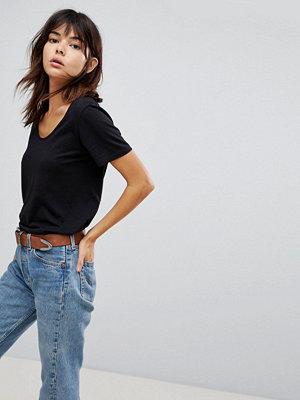 ASOS DESIGN T-shirt i avslappnad skatermodell med djup halsringning och rundad fåll