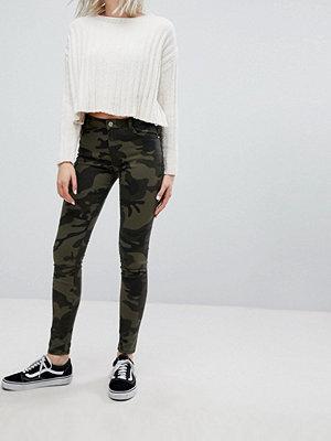 Bershka Berhska Skinny jeans i kamouflagemönster Armégrön