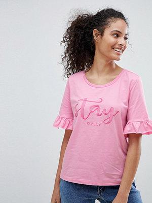 """Only Jolene T-shirt med tryck """"Stay Lovely"""" och volang på ärmarna"""