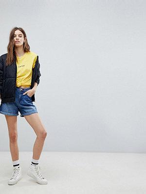 """Noisy May Blå shorts i """"mom""""-modell"""
