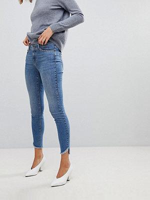 Vero Moda Smala jeans med råskuren fåll Mellanblå