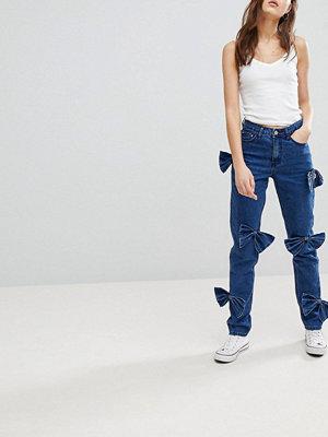 Glamorous Jeans i mom-modell med rosettdetalj Mellanblå