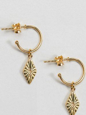 ASOS örhängen DESIGN Gold plated sterling silver engraved diamond charm hoop earrings