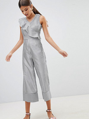 Boohoo Jumpsuit med culotte-byxa och volangdetalj