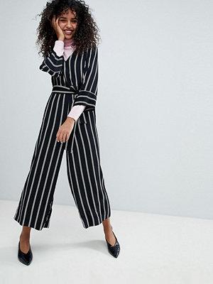 Monki Randig jumpsuit med omlott fram Svart och vit randig