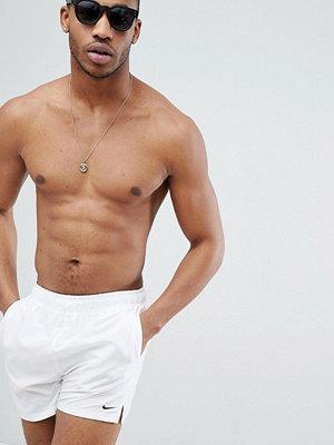 Badkläder - Nike Exclusive Volley Super Short Swim Short In White NESS8509-100