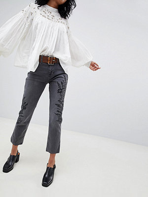 Free People Broderade jeans i girlfriend-modell