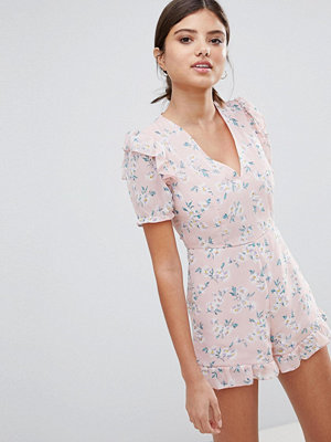 PrettyLittleThing Blommig playsuit med rynkad fåll