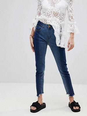 PrettyLittleThing Smala jeans med kontrasterande vriden söm Mörk färg