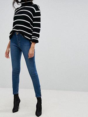 PrettyLittleThing Mellanblå ankle grazer-jeans med smal passform Mellanljus tvätt