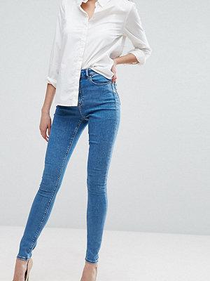 Asos Tall Ridley Ljusa jeans med hög midja och extra smal passform Mellanblå tvätt