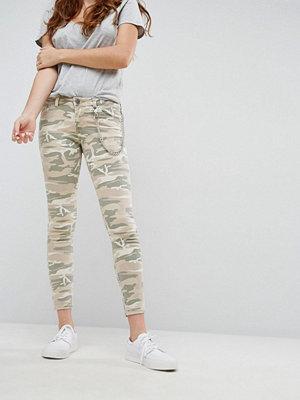ASOS DESIGN WHITBY Kamouflagemönstrade låga jeans med avtagbar kedja Camo