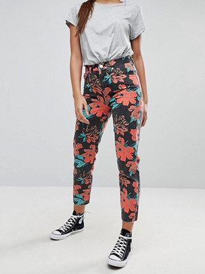"""ASOS DESIGN ORIGINAL MOM Blommiga jeans i """"mom jeans""""-modell med tvättad look Blommigt mönster"""