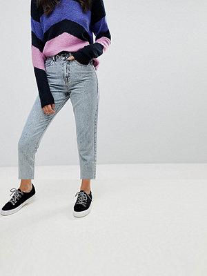 Vero Moda Mom-jeans i syratvättad look