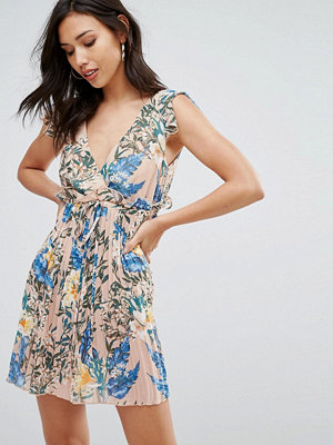 PrettyLittleThing V Neck Printed Pleated Dress