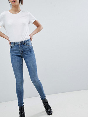 Monki Mocki Mellanblå slim jeans i ekologisk bomull med medelhög midja Mellanblå