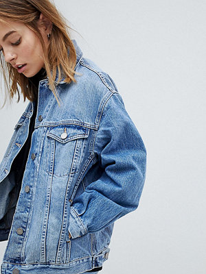 ASOS Petite ASOS DESIGN Petite denim girlfriend jacket in lightwash blue